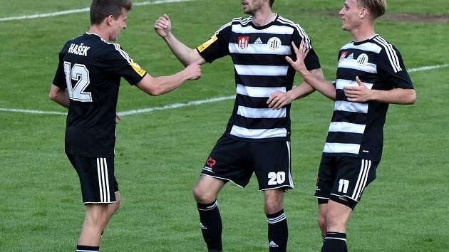 O vítězství Dynama nad Znojmem rozhodl třetím gólem Petr Javorek (na snímku mu blahopřejí Filip Hašek a Patrik Čavoš).