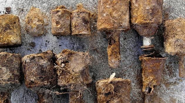 Lidé i v současnosti nacházejí v zemi například granáty z druhé nebo dokonce i z první světové války. Ilustrační foto.