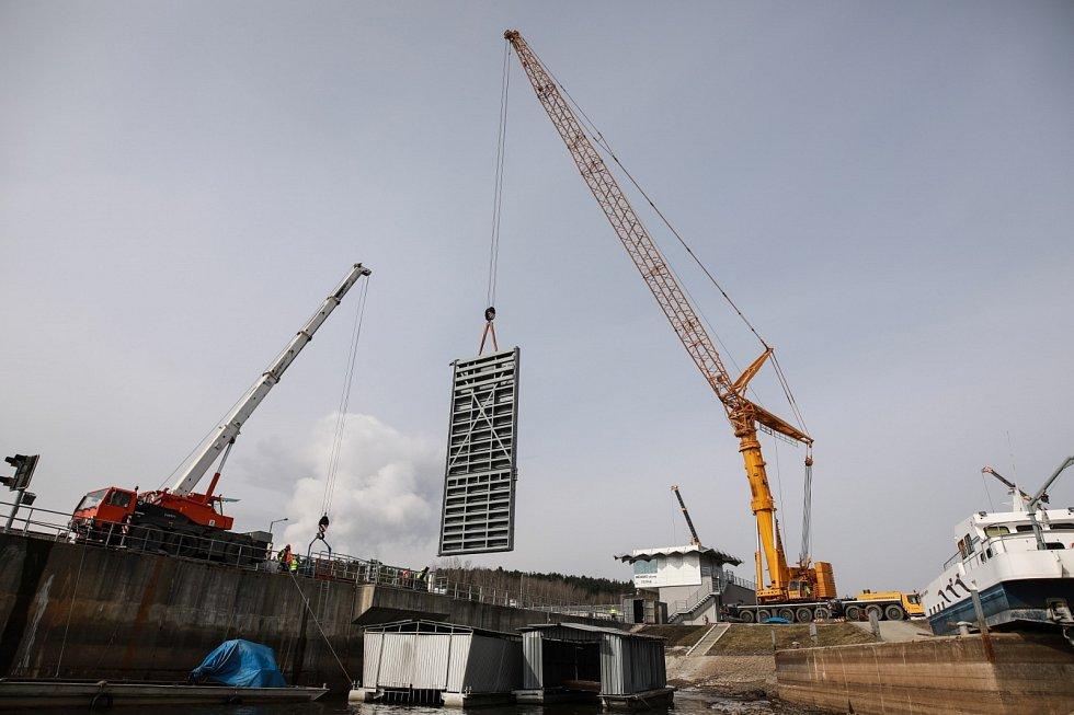 Stavbaři Metrostavu svářejí pod vodou u Hněvkovické přehrady.