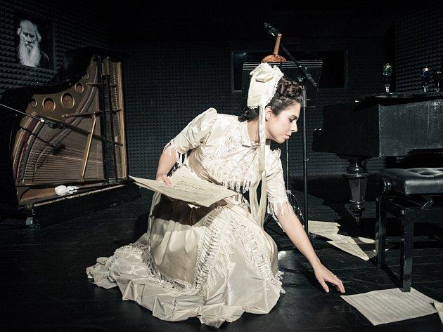 Jihočeské divadlo nabízí včeské premiéře dramatizaci novely ruského klasika Tolstého snázvem Kreutzerova sonáta. Je to působivé psychologické drama. Na snímku Tereza Vítů.