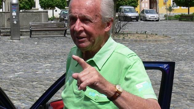 Ludvík Mühlstein, muž mnoha tváří, oslavil v pátek 16. června 2017 pětaosmdesátiny. Rozhlasový režisér, spisovatel, ornitolog, vášnivý stolní tenista a fanoušek sportu je jihočeským patriotem - narodil se a celý život žije v Českých Budějovicích.