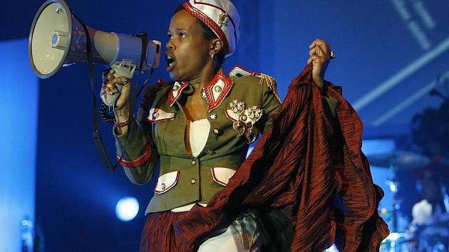 Tonya Graves (na snímku) se v sobotu představí se skupinou Monkey Business v budějovické Bazilice. Kapela je na turné k deseti letům existence. Sobota slibuje i další zajímavé koncerty: Plastiky ve Strakonicích, Pospíšila v Táboře, Epy de Myi v Týně.