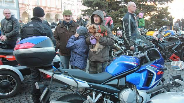 Tradiční setkání motorkářů na českobudějovickém náměstí.