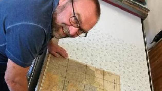 Karl nejmladší nad pradědovou mapou.