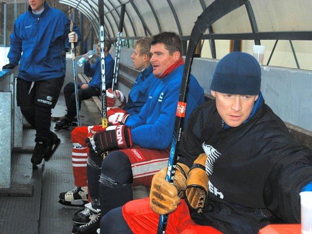 Pavol Švantner (druhý zprava) se v Dynamu nevyhýbal ani tradičním hokejovým kláním na konci roku, kdy fotbalisté vyměnili kopačky za brusle a hokejku (vpředu Plocek).