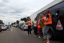 Skupina SaxWork uvízla skoro na hodinu v zácpě na dálnici u německého Heilbronnu, tak vytáhla nástroje a zkrátila čekání sobě i ostatním řidičům.