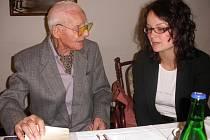 Fotograf Otta Sepp s Janou Holoubkovou z jihočeského Syndikátu novinářů.