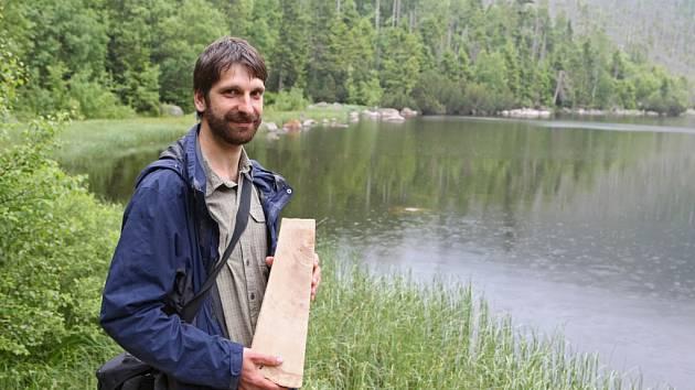 Štěp prastarého stromu drží v ruce odborník Tomáš Koutecký.