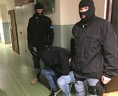 Fotografie ze zatýkání podezřelých osob.