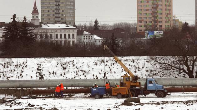 Snímek zachycuje situaci u tratě na Prahu na Pražském předměstí, kde hloubí stavbaři zářez do terénu, aby se komunikace dostala pod železnici.
