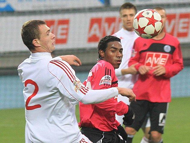 Brazilec Sandro (na snímku bojuje se žižkovským Slodowym) přihrál v nedělní lize Dynamo - Žižkov (1:0) na vítězný gól Ondráškovi.