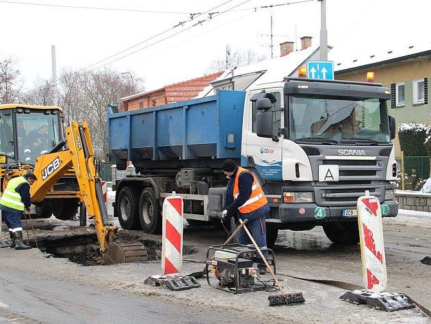 V ulici Oskara Nedbala v pondělí ráno praskl vodovod.