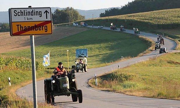 Staré traktory míří přes Alpy.