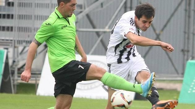 Magnetem fotbalového víkendu v kraji budou druholigové duely Dynama (na snímku z utkání v Mostě střílí Machovec) a Táborska.