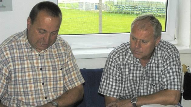 Pavel Tobiáš (vpravo) včera na Složišti se svým předchůdcem ve funkci šéftrenéra mládeže Petrem Skálou.