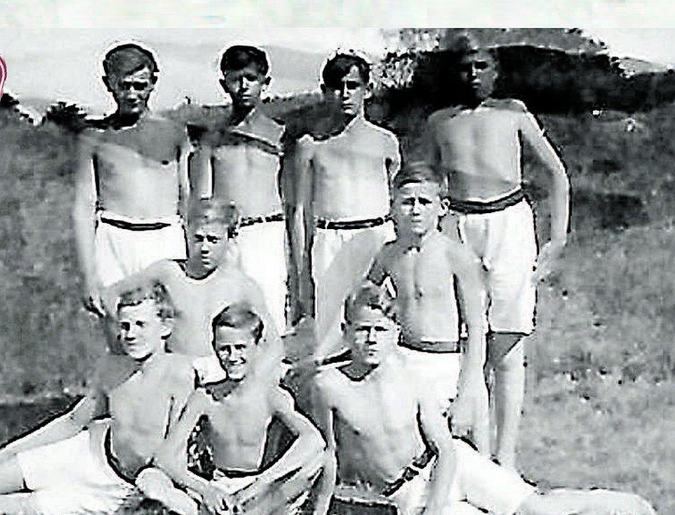 Sportovci. Snímek z roku 1935, na němž jsou zachyceni muži z družstva Sokola Hluboká.