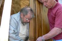 Nový život získává postupně celá řada církevních objektů. Například nedaleko Nových Hradů v osadě Vyhlídky se může místní kaplička pyšnit novým kabátem i dřevěnými dveřmi. Na vlastní náklady je zhotovil rakouský milovník Novohradských hor Kurt Viertlmayr.