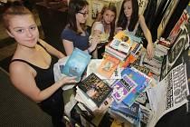 Čtyři studentky z českobudějovického gymnázia zorganizovaly sběr knížek. Knihy, které získají chtějí 11. a 12. dubna prodávat za symbolické ceny v kulturním prostoru Kredance.