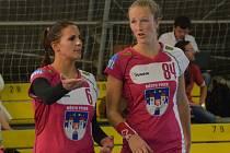 CHYBĚLY. Michaela Součková (vpravo) si v přestávce léčila zranění, teď už je ale v pořádku a proti Olomouci nastoupí. To pro Nikolu Kozákovou sezona skončila. Stane se maminkou.