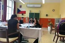 Posledním předmětem maturity byl pro Nelu Nikodemovou (vpravo) anglický jazyk. Se svým učitelem Lukášem Bočkem (vlevo) konverzovali o cestování. Na dění dohlížel předseda zkušební komise Václav Pražák, který na Gymnáziu v Třeboni vyučuje dějepis a německý