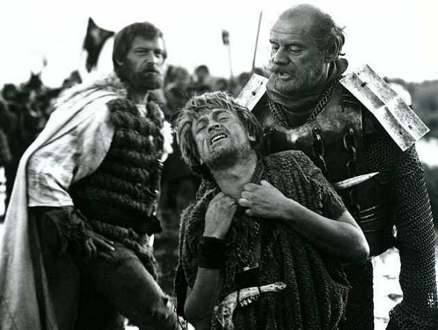 Menší roli královského vojáka (vlevo) dostal vlegendárním filmu Marketa Lazarova. Vepředu jsou herci Ivan Palúch (Adam Jednoručka) a Zdeněk Kryzánek (hejtman Pivo).