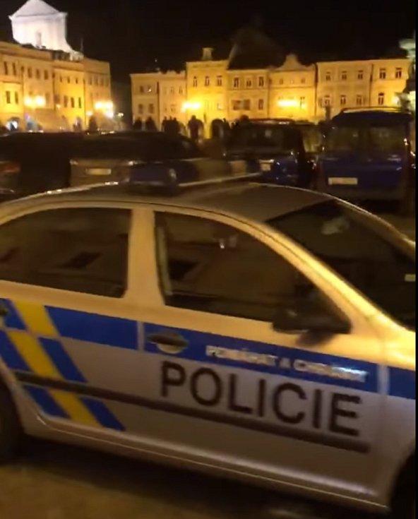 Policisté a strážníci se i o víkendu zaměřili na kontroly dodržování opatření nařízených v nouzovém stavu.