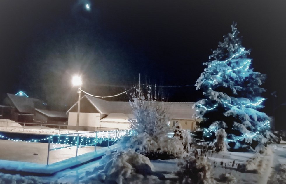 Malebná Doubravka nad Vltavou v nočním svitu.