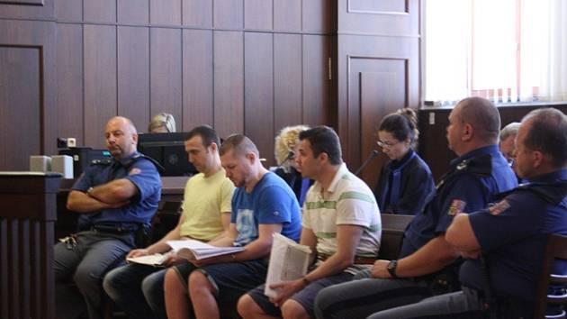 Bulhar Stefan Gerov (vlevo) a Rumuni Gabriel Rafael Osolosa Narcis Dumitru Deaconu u krajského soudu.