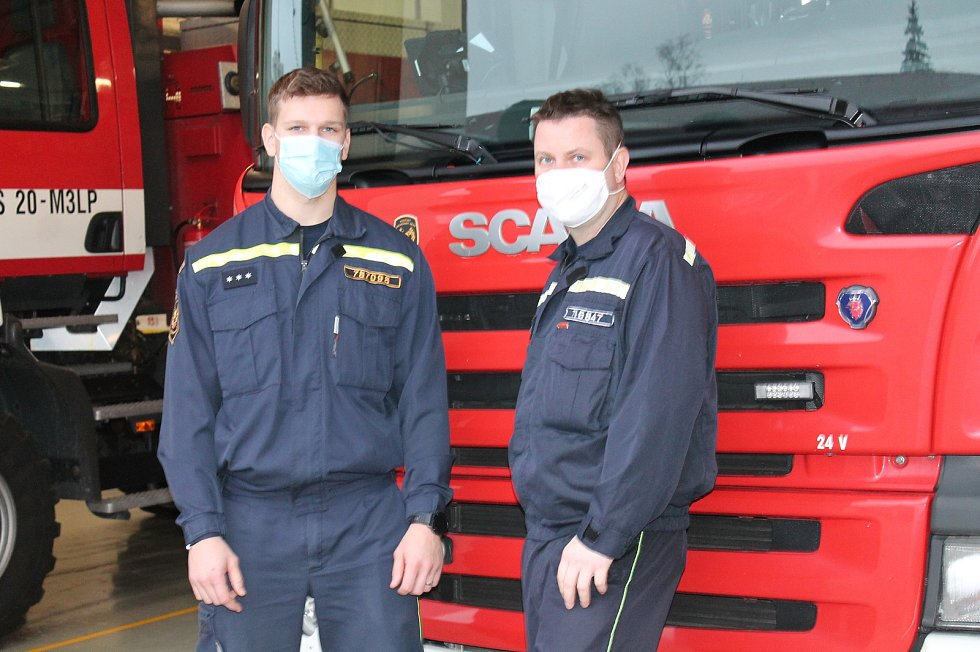 Profesionální hasiči Pavel Holý a David Hájek byli ve službě na Štědrý den.