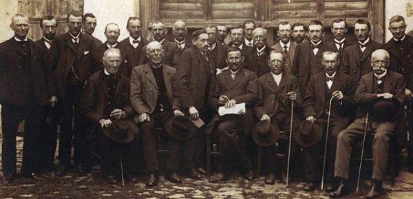 Členové strážkovického včelařského spolku na dobové fotografii zroku 1918.