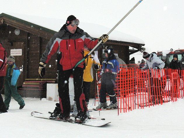 Náš snímek je z konce února, kdy se v Dubičném u Českých Budějovic ještě proháněli lyžaři. Dnes je na Dubičáku už jen zelená tráva a osamělé lyžařské vleky.