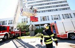 Temelínští hasiči cvičili evakuaci osob z hořící výškové budovy.