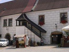 Na místě 65 let starého natáčení je dnes zámecká restaurace.