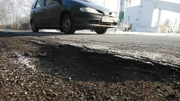 . V poslední době se objevují na jihočeských silnicích větší či menší díry po nekvalitních opravách nebo nové, způsobené nadměrným zatížením komunikací. Redakční snímek zachytil ve středu situaci u sídliště Máj na silnici ve směru na Branišov a Dubné.