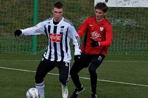 V úvodním přípravném zápase letošní zimy fotbalisté Dynama podlehli v Berouně Táborsku 1:2 (na snímku Zdeněk Linhart bojuje s táborským Jakubem Kaláškem).