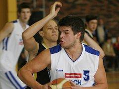 Českobudějovický basketbal se o svůj talent hodně bál. Naštěstí Milan Šašek (na snímku ho brání Javorský) už zase bere sport pod koši vážně a na jeho výkonech je to znát: proti Písku v neděli zaznamenal 20 bodů!