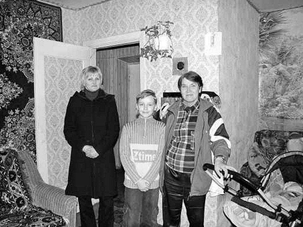 Část pětičlenné rodiny Kachňukových, která žije v jednopokojovém panelákovém bytě.