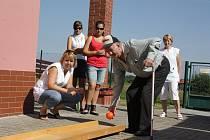 Celkem devět seniorů ze třech sociálních zařízení v kraji poměřilo své síly v kuželkovém turnaji v Chvalkově u Trhových Svinů. Na snímku je 64letý Jiří Režný z Horní Stropnice.