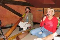 Na tradiční nástroj australských domorodců, který je vlastně dlouhým dutým kusem eukalyptového dřeva, zahrál v sobotu v Českých Budějovicích student kulturní ekologie Daniel Bartoš. Zpěvem jej doprovázela Pavla Matějů.