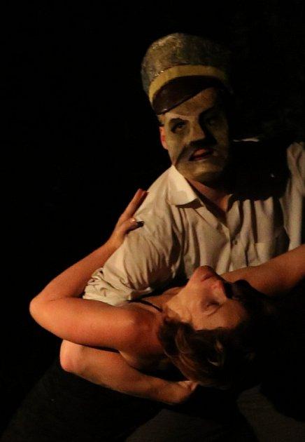 Nová hra Divadla Continuo snázvem Zapomenuto vpolích se věnuje paměti místa, vněmž herci žijí, obzvláště je fascinuje tragický osud kraje kolem Malovic vdobě druhé světové války a poválečného nástupu komunistické strany kmoci.