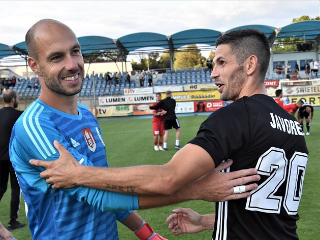 Zdeněk Křížek sklízel za výkon proti Ústí chválu, na snímku mu blahopřeje Petr Javorek.