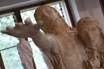 Nová publikace připomíná knižní tvorbu sochaře Františka Bílka, osobnosti českého symbolismu a rodáka z Chýnova. Na snímku část sochy Slepci.