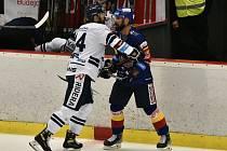 Kapitán Motoru Milan Gulaš (vpravo) se pustil do potyčky s vítkovickým obráncem Petrem Geweisem. V neděli to byl skutečně více boj než pěkný hokej, Jihočeši prohráli 1:2 v prodloužení.