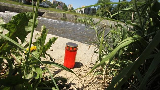 K Malému jezu v Budějovicích, kde se v neděli utopil 28letý Petr S., jenž skočil do řeky na pomoc jinému tonoucímu, míří desítky lidí. Někteří tu zapalují svíčky.