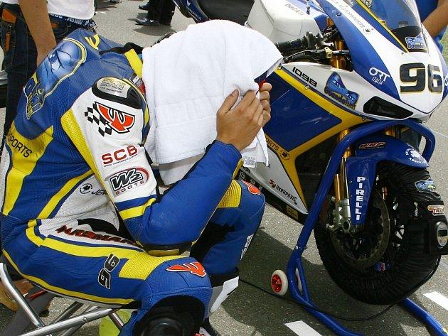 Jakub Smrž se pod ručníkem koncetruje na závod MS superbiků v Kataru. Samotné závody mu moc radosti nepřinesly, možnost k reparátu bude mít za dva týdny ve Valencii.