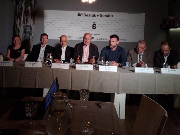 Obhajobu postu senátora potvrdil v pondělí 25. června 2018 v Českých Budějovicích Jiří Šesták, na snímku čtvrtý zleva. Bude mít podporu několika stran.