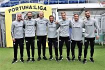 Nedělní ligové premiéře Dynama se Slavií předcházelo i společné fotografování fotbalistů Dynama (na snímku jsou členové realizačního týmu).