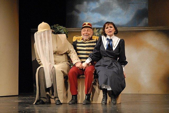 Josef Průdek, osobnost opery Jihočeského divadla, slaví 70. narozeniny. Snímek z představení Mamzelle Nitouche.