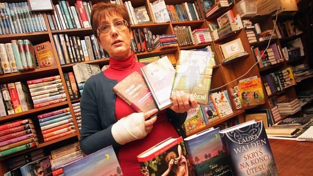 Česky psaná literatura nebo severské detektivky. To jsou podle Moniky Duškové, majitelky českobudějovického knihkupectví Duha, v současné době nejžádanější tituly. Někteří muži jimi udělají radost svým partnerkám k dnešnímu Mezinárodnímu dni žen.