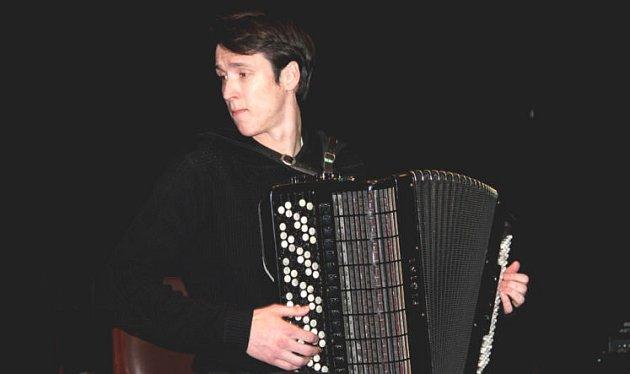 Miloš Katanič doprovodí sbor.
